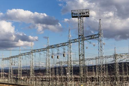 torres el�ctricas: Pilones el�ctricos y cables de alta tensi�n en la subestaci�n de energ�a el�ctrica Foto de archivo