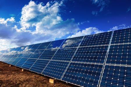 Zonnepanelen installatie voor hernieuwbare energie en blauwe wolkenlucht