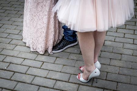empedrado: Primer plano de los pies humanos con los zapatos en el piso pavimentado
