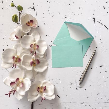 sobres para carta: Sobres carta decorativos con pluma y orquídeas flores Foto de archivo