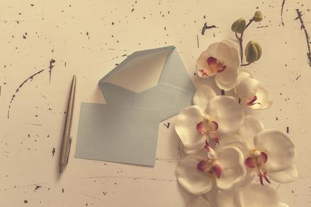 letter envelopes: Sobres carta decorativos con pluma y orqu�deas flores Foto de archivo
