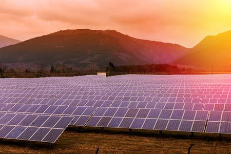 paneles solares: El campo de filas de paneles solares en la monta�a Foto de archivo