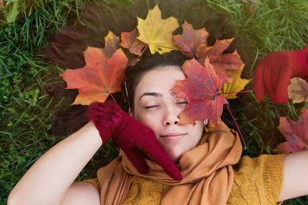 ojos cerrados: Primer plano de mujer joven con los ojos cerrados en la naturaleza del oto�o Foto de archivo