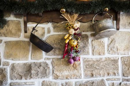 legumbres secas: muro de piedra y percha de madera con decoraci�n de vegetales secos Foto de archivo