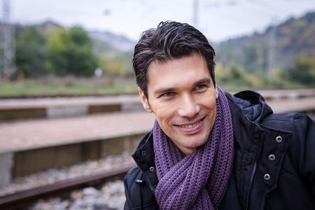 uomini belli: Faccina sorridente di bel maschio con sciarpa Archivio Fotografico