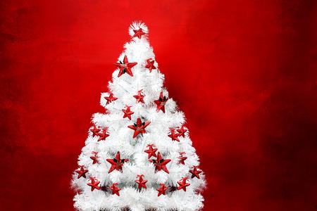 background red: Primer del �rbol de navidad decorativos sobre fondo rojo con textura