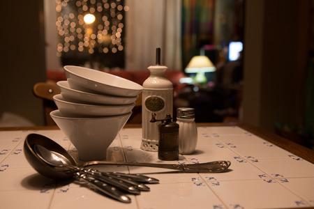 cubiertos de plata: Primer plano de disposición de los cubiertos en la mesa de la cocina Foto de archivo