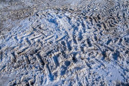 huellas de neumaticos: Primer plano de camino cubierto de nieve con huellas de neum�ticos de camiones Foto de archivo