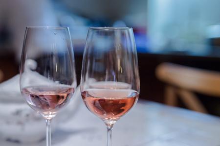 Nahaufnahme von zwei Gläser Wein stieg Standard-Bild - 53249589