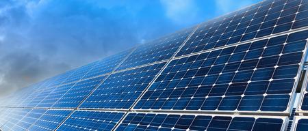 energia solar: Primer plano de instalación de paneles solares y cielo azul