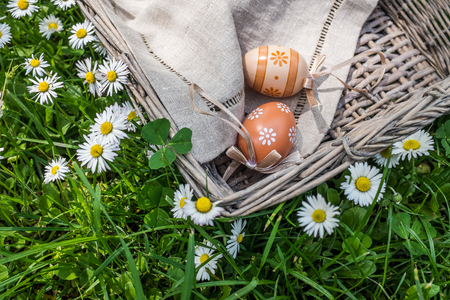 oudoors: Closeup of decorative painted chicken eggs and fresh flowers