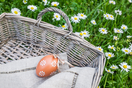 oudoors: Painted easter egg in wicker basket in nature