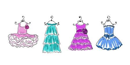 vier Kleider verschiedener Färbung auf Kleiderbügeln