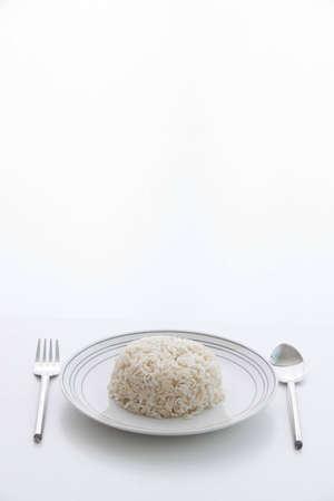 arroz chino: El arroz integral con el plato, cuchara, tenedor