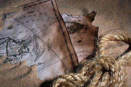 고정 된 바다 매듭 로프와 함께 모래에 코스트의 오래 된지도.