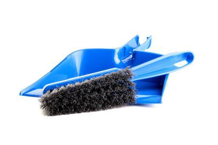 Stof-pan en penseel van donker blauwe kleur met een zwart bristle voor stof reiniging op een witte achtergrond.