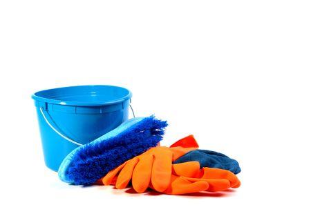 Dark blue een plastic emmer, een borstel en een doek met fel oranje rubberen handschoenen. Een set voor het reinigen van op kantoor en huizen. Stockfoto