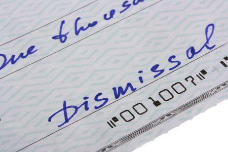 despido: La verificaci�n se escribe en el despido del empleado con el mensaje de despido.  Foto de archivo