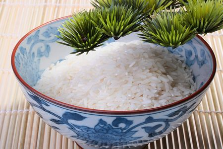 branche pin: Rice in deep teabowl under a pine branch on a napkin from a bamboo. Banque d'images