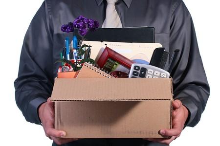 despido: Despido, el hombre tiene control sobre una caja de cart�n con las cosas de la Oficina de personal.
