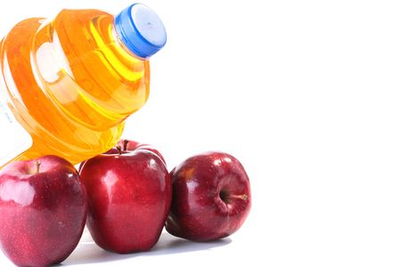 大きなプラスチック製透明容器にりんごとリンゴジュース。