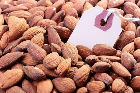 Cultivo de nueces de almendras con una etiqueta para la comercialización de la información necesaria. Foto de archivo - 7185759