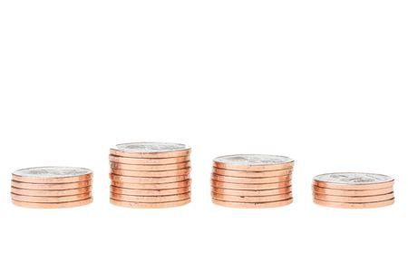 동전은 흰색 배경에 더미에 의해 결합됩니다.