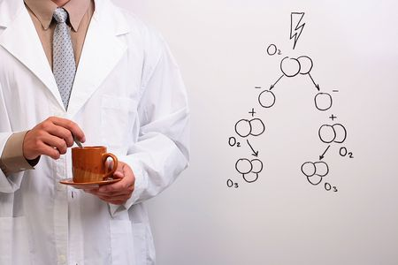 ózon: Man in a white lab coat holding a cup and a plate next to a drawing of the ozone formation.