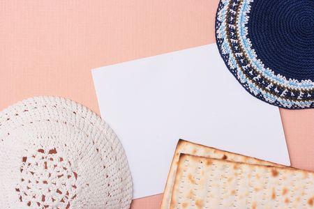 kippah: Un azul y un blanco Kip� sentar junto a pan �cimo y un trozo de papel. Agregar el texto del documento.