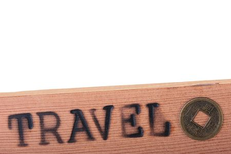emboutissage: Le panneau en bois avec un hot estampage voyage avec pi�ce de monnaie.