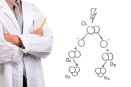 ózon: Man in a white lab coat standing with his arms crossed next to a drawing of the ozone formation.