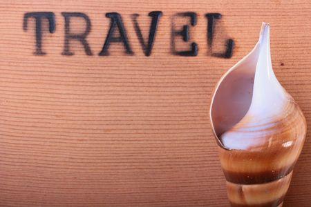 emboutissage: Le panneau en bois avec un chaud estampillage de voyage et un cockleshell. Banque d'images