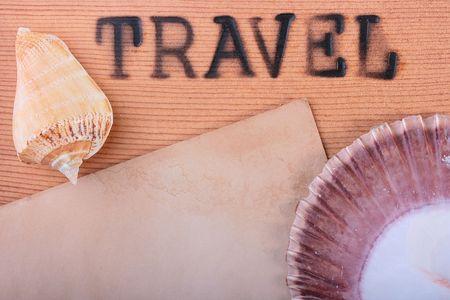뜨거운 스탬프와 나무 패널 여행 및 cockleshells입니다.