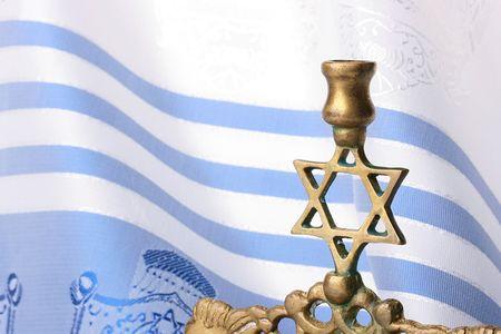 pesaj: Permanente de la menor� delante de un tallit azul y blanco. A�adir el texto de fondo.  Foto de archivo
