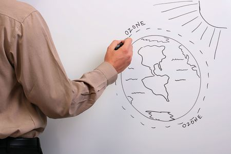 ózon: Man in a brown shirt drawing a diagram of what could happen to the earths ozone layer.