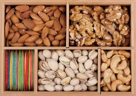 木製の箱の異なった等級のナット。 写真素材 - 7845335