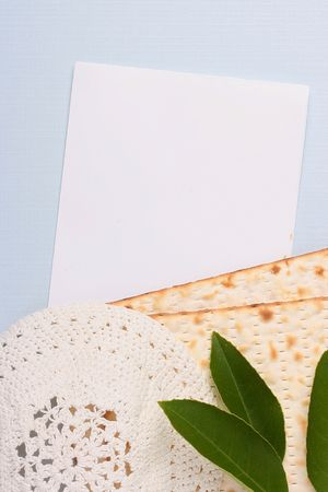 yarmulke: A white kippah and matzah next to a white piece of paper. Add your text to the paper. Stock Photo