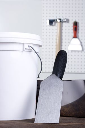 Plastering pallet next to a white bucket. Imagens - 8006986