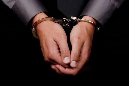 manacles: Primer plano de manos esposadas, detenido para ser interrogado.  Foto de archivo