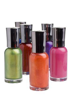 異なる色のマニキュアのボトルは、白い背景の前に配置されます。 写真素材