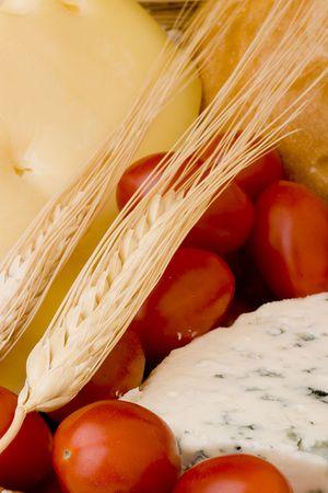 トマトの中でカビでデンマークのブルーチーズのスライス。