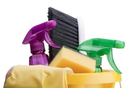 Seau de plastique jaune avec des articles pour le nettoyage.