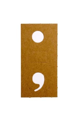 Kartonnen stencil letter punt en komma voor de replicatie van de letters en maak woorden.
