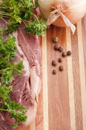 다층 목조 부엌 커팅 보드에 원시 고기 조각.
