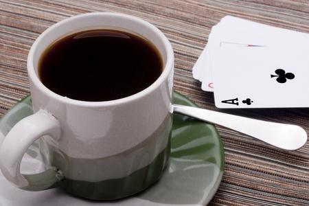 grigiastro: Tazza in ceramica e piattino con grigio verde per bevande calde. Archivio Fotografico