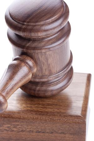 arbitrar: Martillo de madera utilizado en los tribunales y en las subastas. Foto de archivo