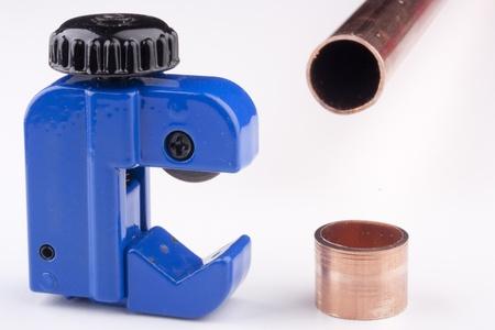 青い水パイプを切断特別なデバイスです。 写真素材