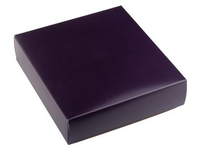 Kartonnen verpakkingen voor dark purple gift op een witte achtergrond.