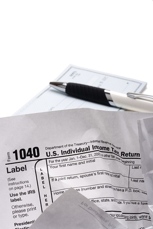 Crumpled form 1040 for filing tax returns in the U.S.. Stockfoto