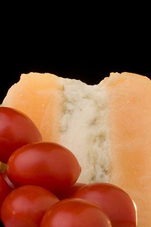 グロスター チーズ トマトと黒の背景の青いチーズ スライス。
